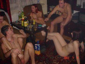 Пьяные свингеры устроили домашнюю оргию