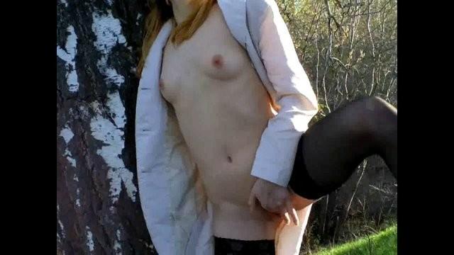 Жена мастурбирует на природе