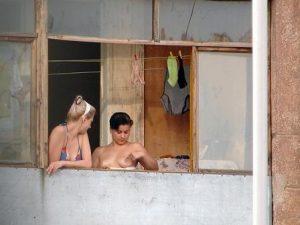 Голые девушки в окнах соседних домов (подборка)